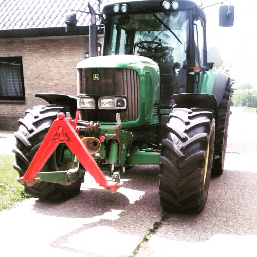 Foto van een John Deere 6920, druk bezig met Poseren.. Geplaatst door klaasjan op 05-06-2015 om 13:11:48, op TractorFan.nl - de nummer 1 tractor foto website.