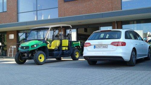 Een prachtige Amerikaan en eveneens prachtige Duitser: John Deere XUV550 S4 en Audi A4, afgelopen donderdag bij Geert-Jan de Kok Esbeek.  Omdat [@deerefan] zo'n fan is van brullende hertjes en vier keer getrouwde auto's maar even een foto gemaakt!  :D