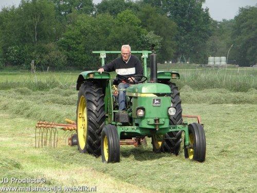 Foto van een John Deere 1130, bezig met gras harken in Hulshorst. ZIE OOK DE VIDEO https://www.youtube.com/watch?v=QyLsWsg3r1g