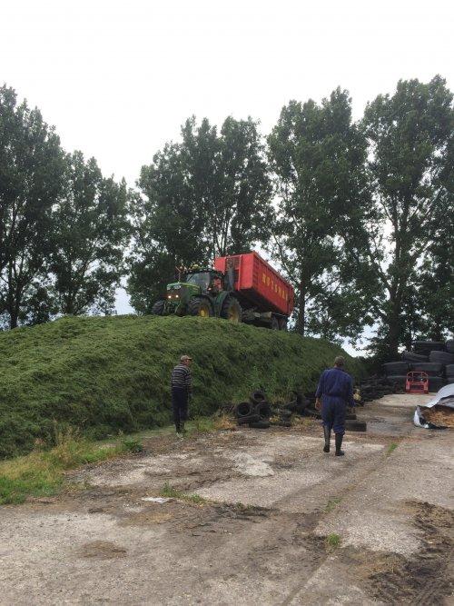 Zo door naar boven met de 6210. Geplaatst door mennojohndeere op 20-06-2015 om 18:02:10, op TractorFan.nl - de nummer 1 tractor foto website.