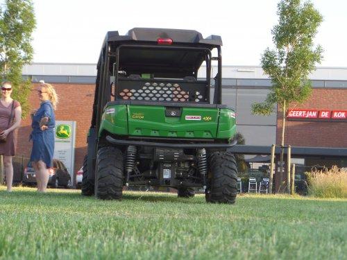 11-06: De grashakseldemo van John Deere & Geert-Jan de Kok was voorbij, dus tijd voor wat napraten voor men naar huis of bij het pand aan de overkant aant bier of fris ging. De John Deere XUV550 S4 zorgde er die dag samen met andere Gators mede voor dat de bezoekers mee langs de hakselaar in werking konden rijden en zo een mooi beeld kregen van die prachtige machine!