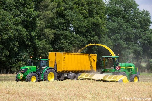 Sinds dit jaar beschikt loonbedrijf Aernouts-Tax over een John Deere 7750 prodrive met Zürn maaibord voor allerlei gewassen te hakselen! (2015)