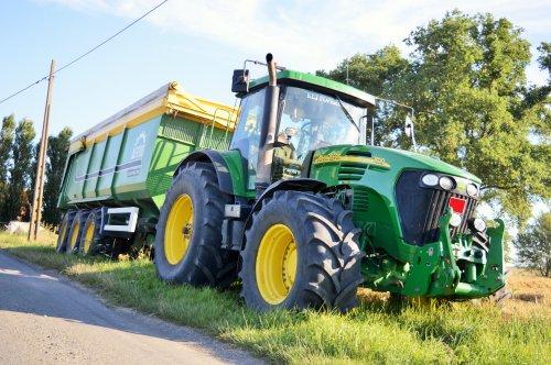 Foto van een John Deere 7820, bezig met poseren.. Geplaatst door Jan Ramon op 03-08-2015 om 10:18:46, op TractorFan.nl - de nummer 1 tractor foto website.