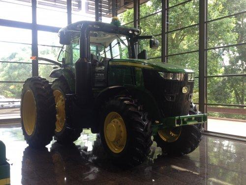 John Deere 7210R bij de John Deere World Headquarters. Geplaatst door DeertjePower op 10-08-2015 om 19:54:32, op TractorFan.nl - de nummer 1 tractor foto website.