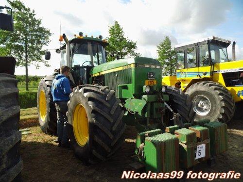 Foto van een John Deere 4955, bezig met poseren. TT Nieuw-Vennep 2015. Geplaatst door NicolaasK op 17-08-2015 om 13:10:45, met 4 reacties.