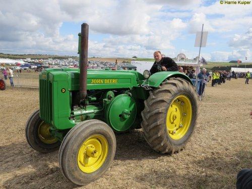Foto van een John Deere D, bezig met poseren. great dorset steam fair 2015. Geplaatst door oldtimergek op 17-09-2015 om 21:06:53, op TractorFan.nl - de nummer 1 tractor foto website.