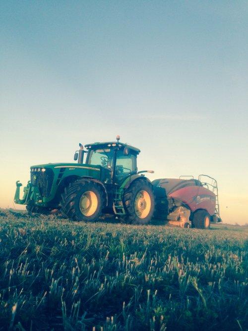 Foto van een John Deere 8225R, bezig met luzerne persen.. Geplaatst door JordiValmetValtra op 17-10-2015 om 08:31:46, op TractorFan.nl - de nummer 1 tractor foto website.