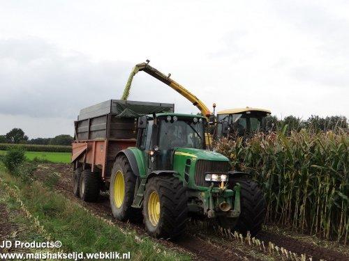Foto van een John Deere 6930 van Polinder uit Nunspeet, Loonbedrijf Johan Frens uit Hulshorst bezig met maïs hakselen. ZIE OOK DE VIDEO https://www.youtube.com/watch?v=C56PkSOTY4c