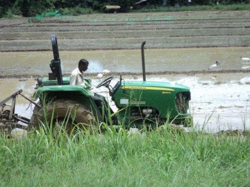 John Deere 5047 D. Foto genomen in Sri Lanka door mijn ouders.. Geplaatst door Kidd op 08-11-2015 om 16:57:29, met 2 reacties.