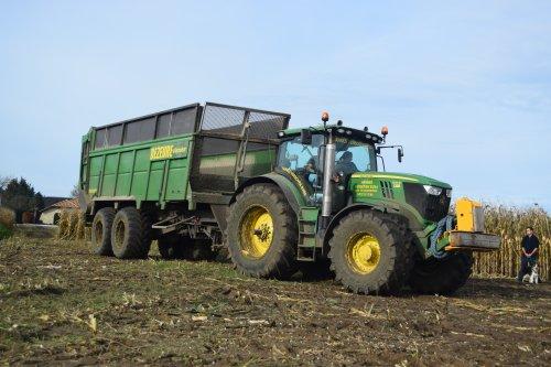 Hannes verboven aan het mais hakselen bij Boer Bens in Geel(B). Geplaatst door jd7920 op 08-11-2015 om 18:49:16, op TractorFan.nl - de nummer 1 tractor foto website.