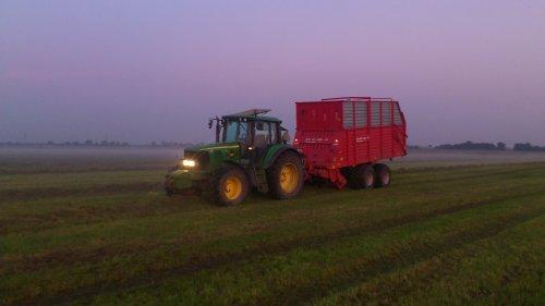 Met de oude 470 gras inkuilen in de avonduren. Geplaatst door GROENEDEERE op 15-11-2015 om 13:52:49, op TractorFan.nl - de nummer 1 tractor foto website.