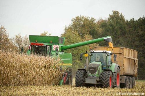 Loonbedrijf Van Eijck met hun John Deere 9780 CTS combine volop in de korrelmais! (2015). Geplaatst door FerreV op 18-11-2015 om 12:26:30, op TractorFan.nl - de nummer 1 tractor foto website.
