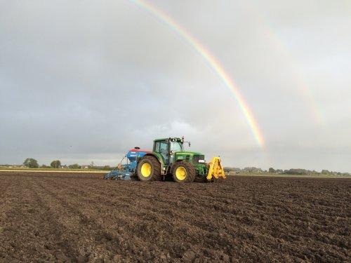 Hier zie je Verschoor en Oomen met een John Deere 6930 tarwe zaaien onder de regenboog helaas pot goud nie kunnen vinden.