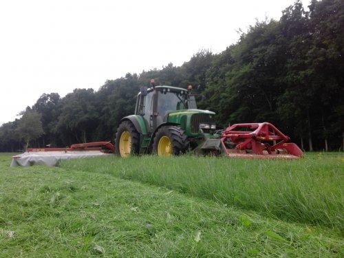 Foto van een John Deere 6620 aan het gras maaien. Geplaatst door jd 6620 op 24-12-2015 om 20:58:39, op TractorFan.nl - de nummer 1 tractor foto website.