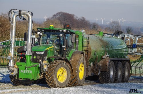 Potthoff & Scheipers aan het bemesten over de vorst met hun gloed nieuwe comabinatie. Een John Deere 7310R met een Meyer- Lohne 3-assige tank met daar achter een Vogelsang sleepslang bemester   Nu meer op : http://www.jtnfotografie.nl