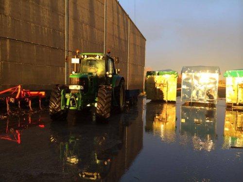 Foto van een John Deere 6830 Premium, bezig met poseren.. Geplaatst door nicolas 6930 op 26-01-2016 om 18:10:57, op TractorFan.nl - de nummer 1 tractor foto website.