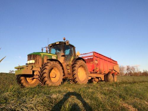 Kipperen met de John Deere 7430 Premium met Beco 1600. Geplaatst door gerrit power op 02-02-2016 om 09:43:39, op TractorFan.nl - de nummer 1 tractor foto website.