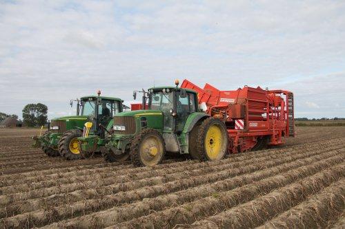 Mts. Berghuis aan het aardappels rooien met hun John Deere 6630  met Grimme DR 1500 rooier.  Meer foto's zijn te bekijken op: http://www.trekkerfotografie.nl