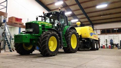 Foto van een John Deere 7430 Premium bezig met onderhoud.. Geplaatst door Geert-Jan Rauw op 15-02-2016 om 13:52:57, op TractorFan.nl - de nummer 1 tractor foto website.