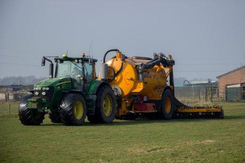 Grasland bemesten door loonbedrijf Vroege met hun John Deere 7830 met Veenhuis 1-asser tank en bemester.  Meer foto's zijn te bekijken op: http://www.trekkerfotografie.nl