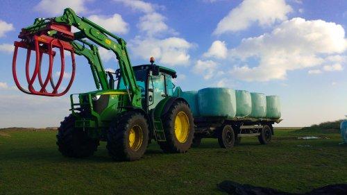 Hier zie je Mts Beijaard met een John Deere 6RC serie, bezig met balen halen.. Geplaatst door Marinus1020 op 19-02-2016 om 17:59:00, op TractorFan.nl - de nummer 1 tractor foto website.