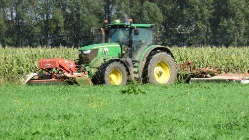 Foto van een John Deere 6170R aan het maaien in Empel afgelopen jaar. Geplaatst door Fiat110-90 DT op 06-03-2016 om 17:40:32, op TractorFan.nl - de nummer 1 tractor foto website.