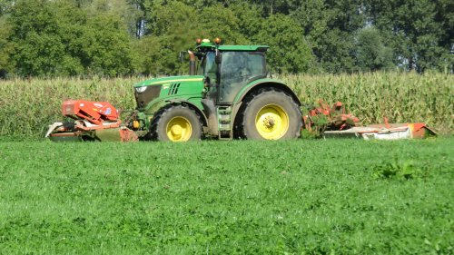Foto van een John Deere 6170R aan het maaien in Empel afgelopen jaar.. Geplaatst door Fiat110-90 DT op 06-03-2016 om 17:40:32, op TractorFan.nl - de nummer 1 tractor foto website.