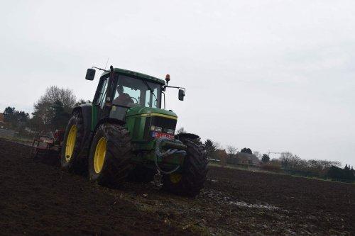 Foto van een John Deere 6810. Geplaatst door jd7920 op 31-03-2016 om 21:38:04, op TractorFan.nl - de nummer 1 tractor foto website.