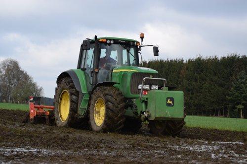 Foto van een John Deere 6820. Geplaatst door jd7920 op 06-04-2016 om 21:45:16, op TractorFan.nl - de nummer 1 tractor foto website.