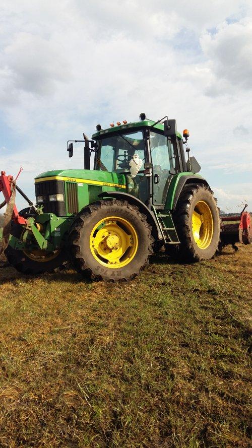 Foto van een John Deere 6510. Bezig met frezen vanmiddag. Van Melkveebedrijf jubbega. Geplaatst door Wilco15 op 12-04-2016 om 18:20:33, op TractorFan.nl - de nummer 1 tractor foto website.