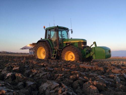 Foto van een John Deere 6810, druk bezig met voorjaars ploegen. Ook weer klaar die kan in het vet. Geplaatst door dave 7810 op 12-04-2016 om 19:45:05, met 2 reacties.