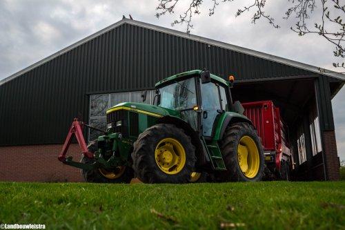 John Deere 6510 met Schuitemaker Rapide 55v uit de stak.. Geplaatst door LandbouwLeistra op 14-04-2016 om 18:29:09, op TractorFan.nl - de nummer 1 tractor foto website.