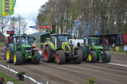 Loonbedrijf Doornewaard met de winnaars van de 25 Ton Loonwerkersklasse bij de BTT in Kamperveen.. Geplaatst door vin fendt op 24-04-2016 om 17:14:58, op TractorFan.nl - de nummer 1 tractor foto website.