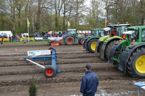 Loonbedrijf Doornewaard met de winnaars van de 25 Ton Loonwerkersklasse bij de BTT in Kamperveen.. Geplaatst door vin fendt op 24-04-2016 om 17:14:59, op TractorFan.nl - de nummer 1 tractor foto website.
