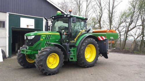 Foto van een John Deere 6110R amazone isobus strooier testen. Geplaatst door RobinBos op 24-04-2016 om 20:19:22, op TractorFan.nl - de nummer 1 tractor foto website.