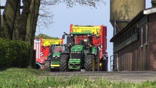 Foto van een John Deere 7920 van Loonbedrijf Dekker BV (Vriezenveen) bezig met pauzeren.. Geplaatst door nagd2010 op 09-05-2016 om 00:52:04, op TractorFan.nl - de nummer 1 tractor foto website.