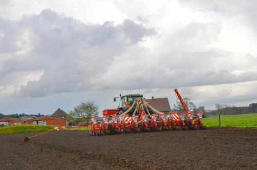 Loonbedrijf paulussen met hun nieuwe 12 rijige kverneland zaaimachine. Meer foto's --> https://agrospottingblog.com/…/john-deere-7530-12-rij-zaai…/
