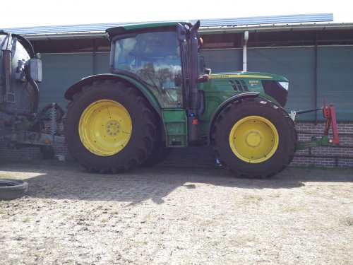 Foto van een John Deere 6115R. Geplaatst door superdeutz op 11-05-2016 om 08:16:16, op TractorFan.nl - de nummer 1 tractor foto website.