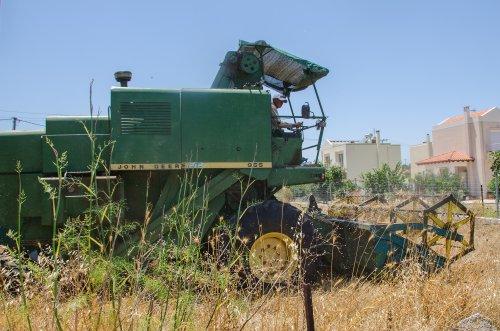 John Deere 955  (combine) (1977-1983) aan het werk in Griekenland, het eiland Kos.. Geplaatst door Hielkie op 23-05-2016 om 20:28:52, op TractorFan.nl - de nummer 1 tractor foto website.