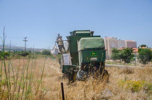 John Deere 955  (combine) (1977-1983) aan het werk in Griekenland, het eiland Kos.. Geplaatst door Hielkie op 23-05-2016 om 20:28:56, op TractorFan.nl - de nummer 1 tractor foto website.
