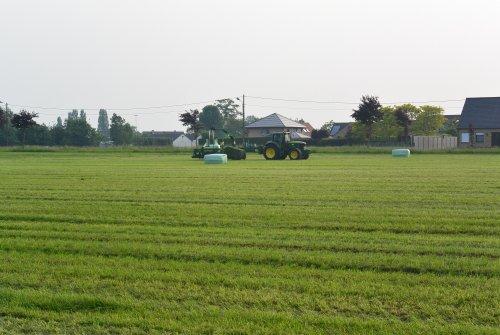 Foto van een John Deere 6820, landbouwwerken Lieven Putman. Geplaatst door nicolas 6930 op 30-05-2016 om 19:29:51, op TractorFan.nl - de nummer 1 tractor foto website.