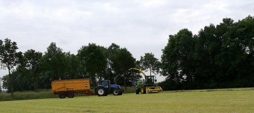Foto van een John Deere 7300 en de New Holland t7.220 van loonbedrijf Derksen. Geplaatst door joostmc-cormick op 14-06-2016 om 23:11:38, op TractorFan.nl - de nummer 1 tractor foto website.