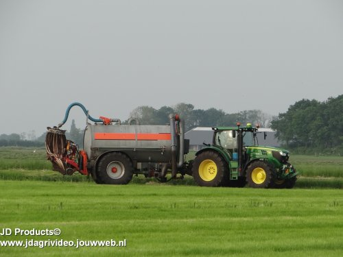 Foto van een John Deere 6150R,  Loonbedrijf van Spijkeren uit Doornspijk aan het mest injecteren in Nunspeet met John Deere 6175R, John Deere 6150R en Fendt 916.