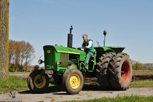 Deze knappe John Deere 2020 is er eentje uit de stal van Gebroeders Desoete uit Oedelem (B).  Deze tractor die met een Amazone mest stofstrooier  aan het werk was, is gebouwd in het jaar 1969.   Meer oldtimers vind je deze maand op onze voorjaars special op http://www.deoudedoos.be
