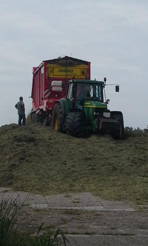 Kijk, daar heb je Loon-grondverzetbedrijf Doornewaard (Oosterwolde GLD) × met een John Deere 6910 aan het gras inkuilen