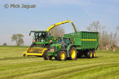John Deere 8600i en John Deere 7830 met zelfbouwsilagewagen, bezig met gras hakselen. Loonwerken Meganck-Haenebalcke uit Merendree (B)  Filmpje? -> https://www.tractorfan.nl/movie/44810/