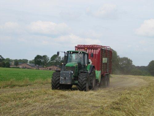 Foto van een John Deere 7430 Premium van JA Berg uit Leusden met Strautmann gerst inkuilen. Geplaatst door CHALLENGERfan op 28-07-2016 om 09:28:20, op TractorFan.nl - de nummer 1 tractor foto website.