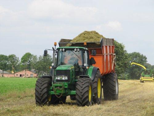 Foto van de John Deere 6830 Premium met Kaweco kipper van de firma De Lange uit Leusden bezig met gerst inkuilen