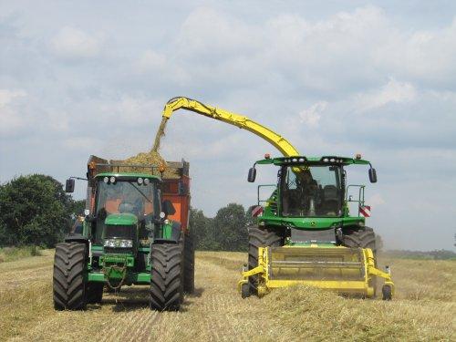 Foto van de John Deere 6830 Premium met Kaweco kipper naast de John Deere 8300 van de firma De Lange uit Leusden bezig met gerst inkuilen