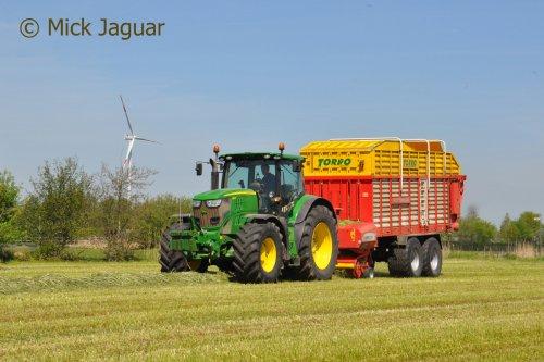 John Deere 6210R met Pöttinger Torro 5100, bezig met gras oprapen. Loonbedrijf Van Hal uit Eede (NL)  Filmpje? -> https://www.tractorfan.nl/movie/44871/